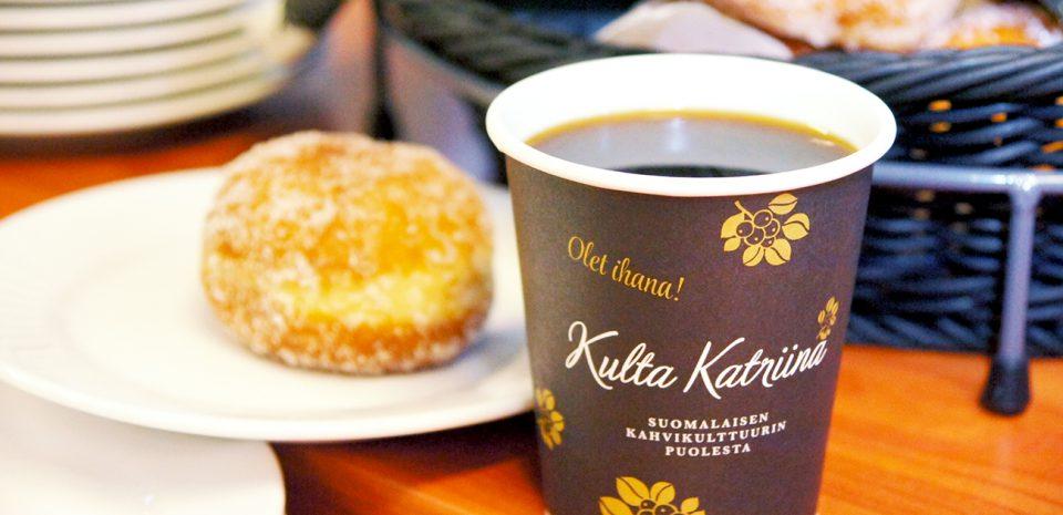 Siikamäen suoramyynti tarjoaa tuoretta kahvia ja pullaa.